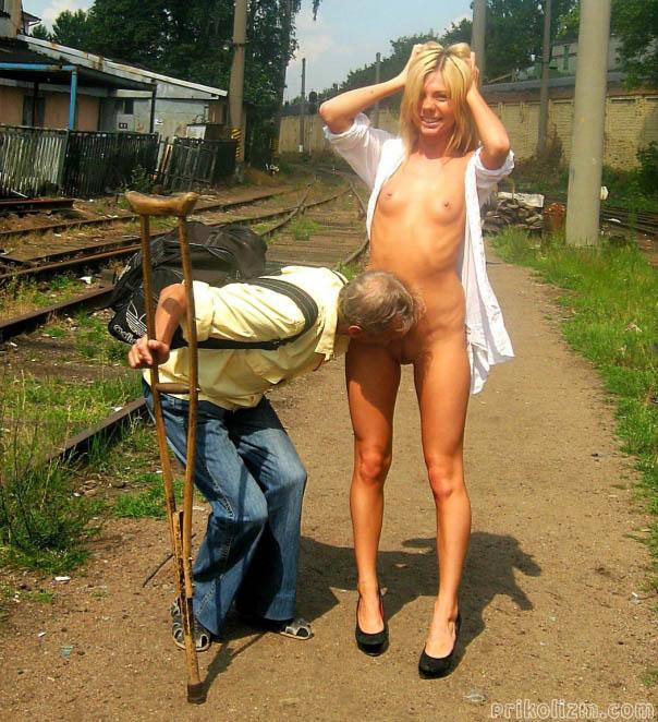Мужик лижет киску голой блондинки с маленькой грудью и длинными ногами
