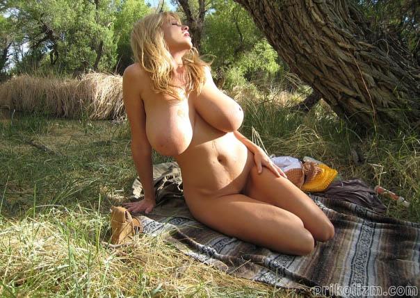 Голая женщина с грудью 6-го размера лежит под деревом и хочет, чтобы ее пизду хорошенько отымели