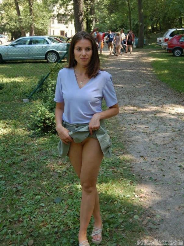 Девушка задрала мини-юбку