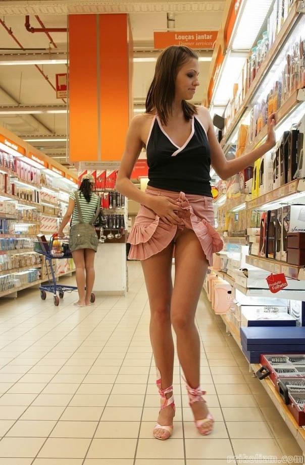 Девушка показала в магазине, что она не носит нижнее белье
