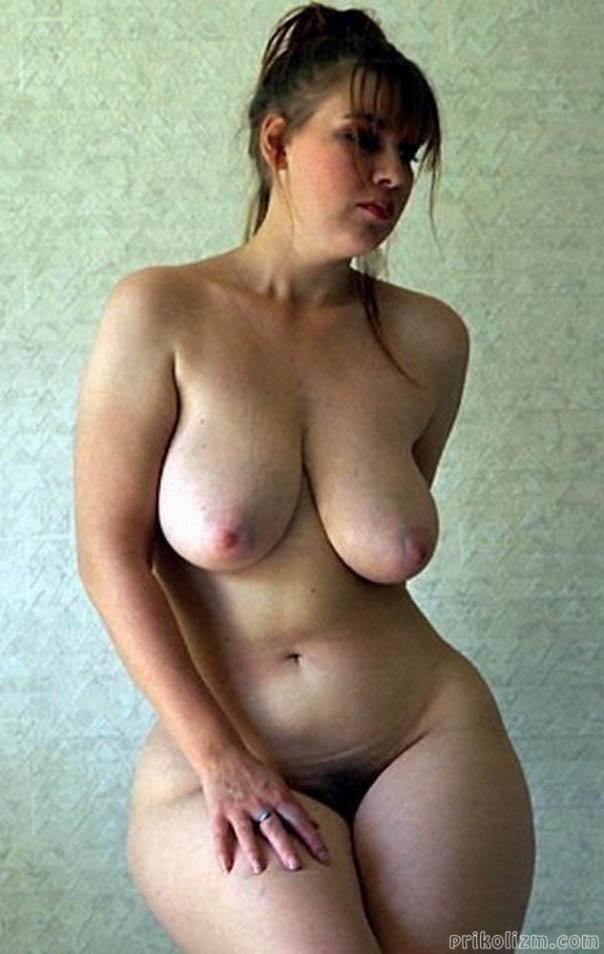 Голая русская баба с висячей грудью и толстой жопой