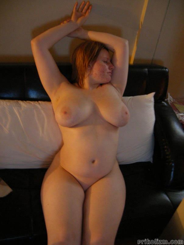 Толстая русская баба на черно-белом диване лежит совершенной голая и ждет траха