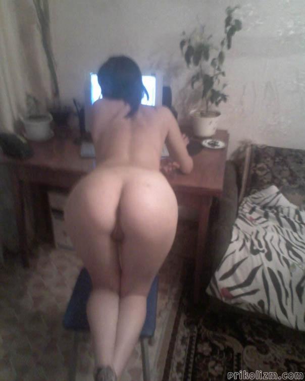 Девушка дома стоит голая роком за компом