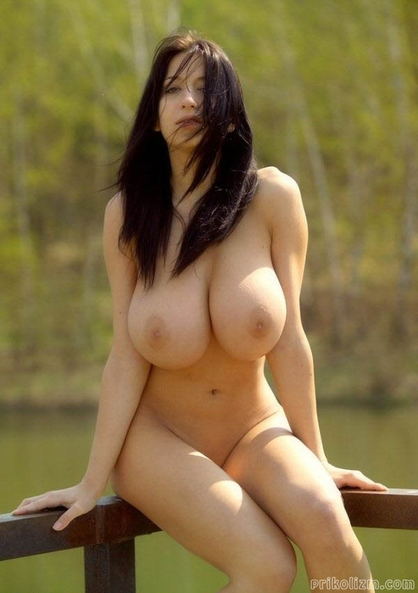 Голая брюнетка с огромными сисями на озере