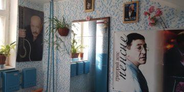 Подъезд фанатов российской и зарубежной эстрады (3 фото)
