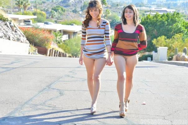 Две девушки светят своими голыми кисками, гуляя по городу