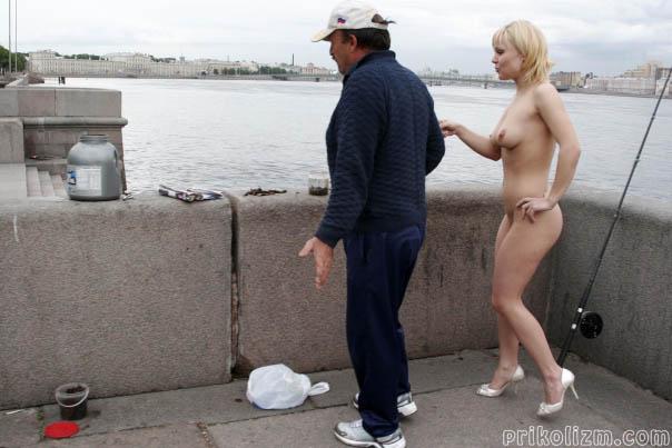 Голая телка пристает к мужику, чтобы он ее трахнул