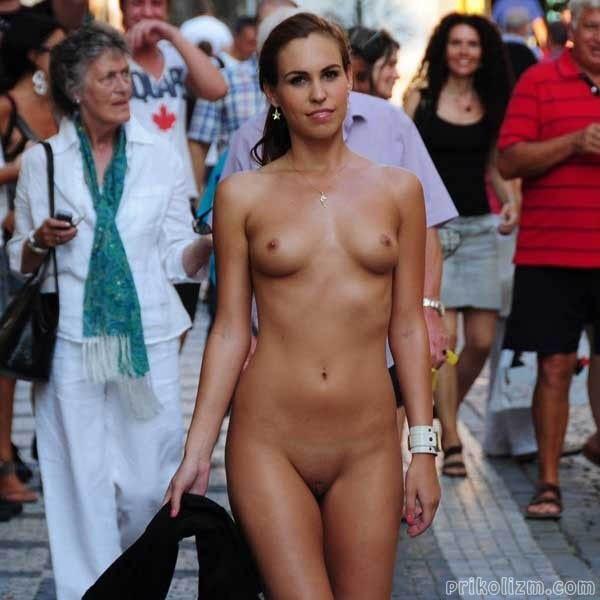 Голая фотомодель с красивой грудью 2-го размера гуляет по городу