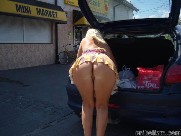 Блондинка с голой жопой стоит раком возле своей машины