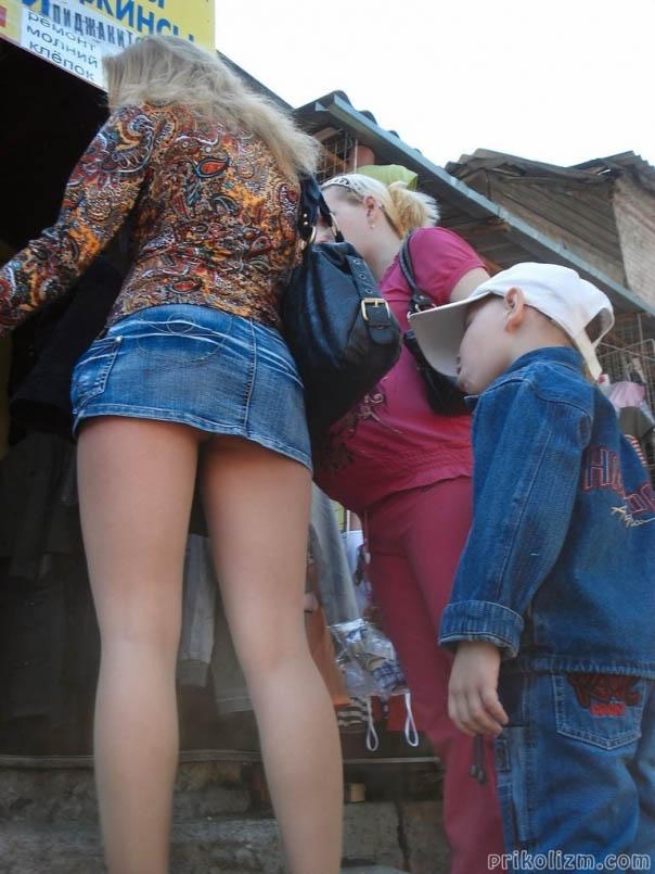 Девушка не любит носить нижнее белье под юбкой