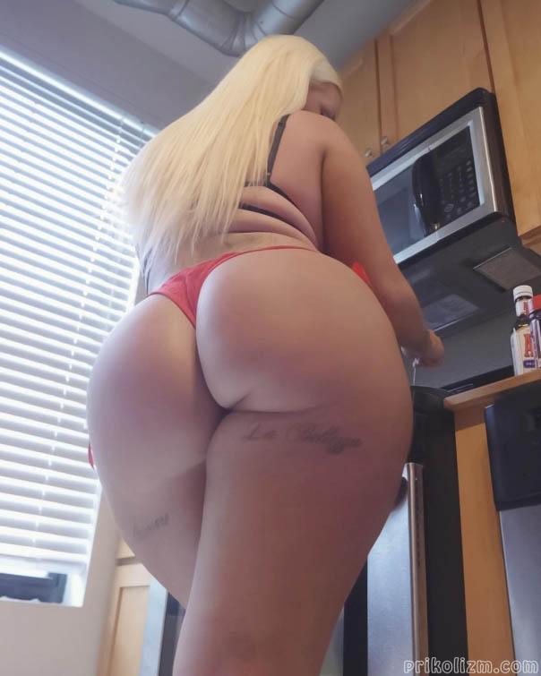Очень большая жопа блондинки возле кофе-машины