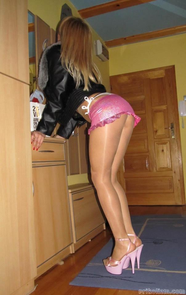 Сексуальные девушки в юбках на каблуках