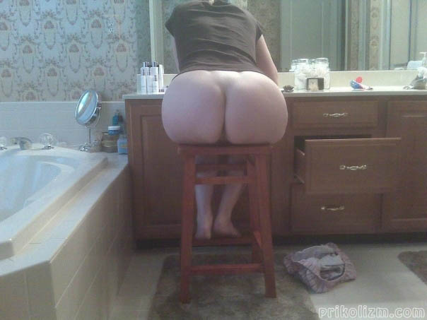 Телка сидит с голой жопой на стуле в ванной комнате