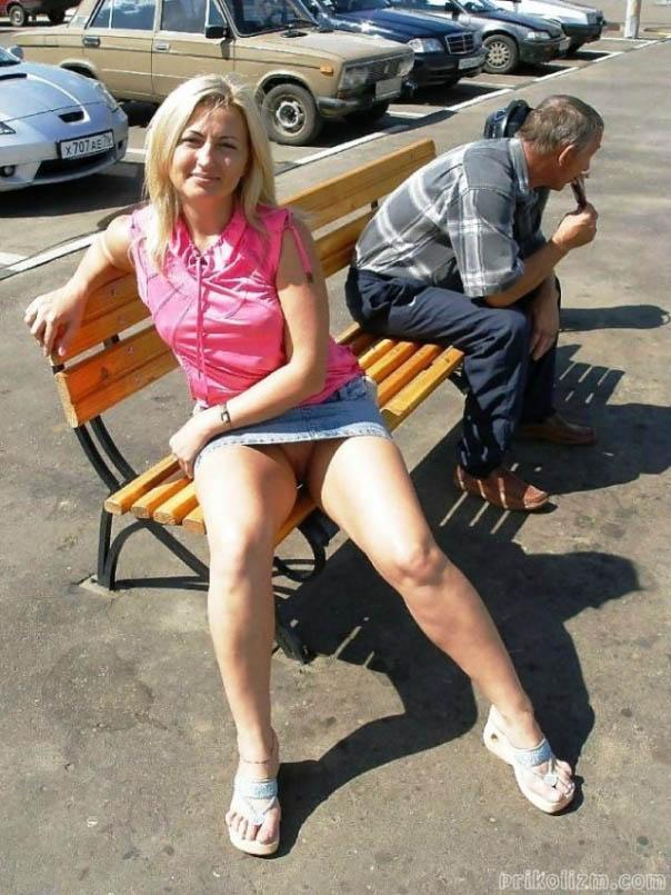 Блондинка без трусов под джинсовой юбкой светит голой писей