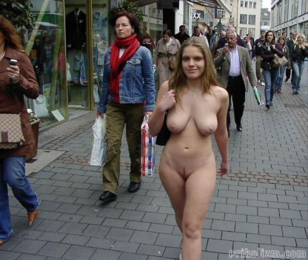 Голая студентка с большой грудью гуляет по городу