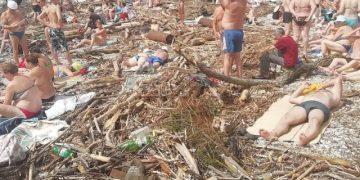 Разрушенный пляж и горы мусора не помеха для отдыхающих (2 фото)