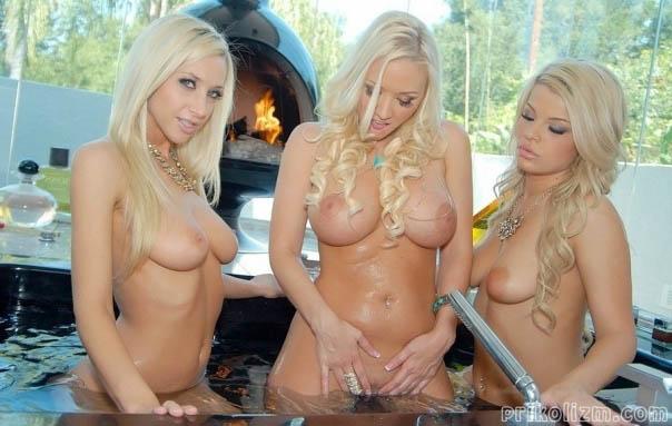 Три голые блондинки со стройными фигурами ласкают киски в бассейне