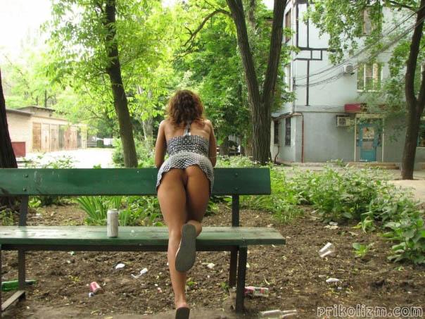 Пьяная девка на районе сверкает голой попой и писей без трусов, став раком на скамейке