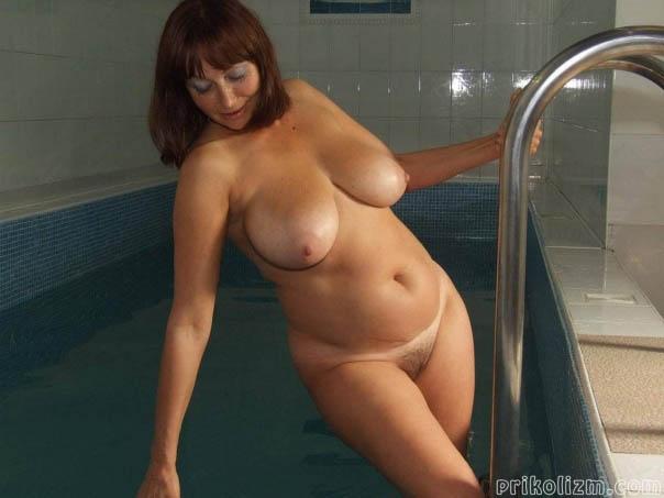 Женщина в возрасте голая с большими грудями и волосатой писей выходит из бассейна