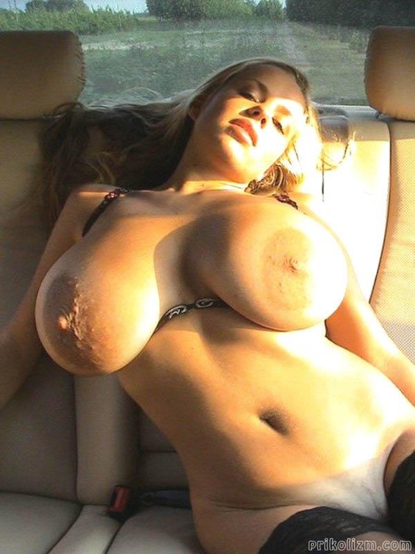 Юная девчонка голой лежит на заднем сидении авто и джет, когда ее киску отымеют