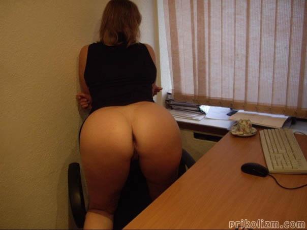Девушка на работе за офисным столом стоит раком с голой жопой