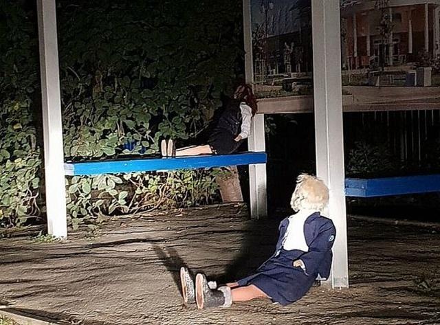 Странные куклы напугали жителей поселка (7 фото)