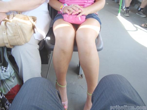 Засвет голой писи под джинсовой юбкой в автобусе