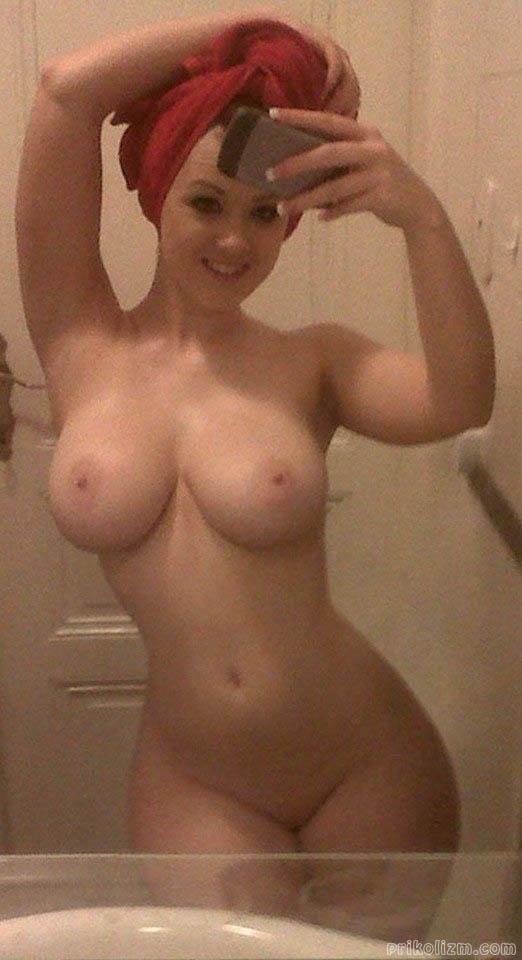 Девчонка позирует голой в ванной комнате после душа