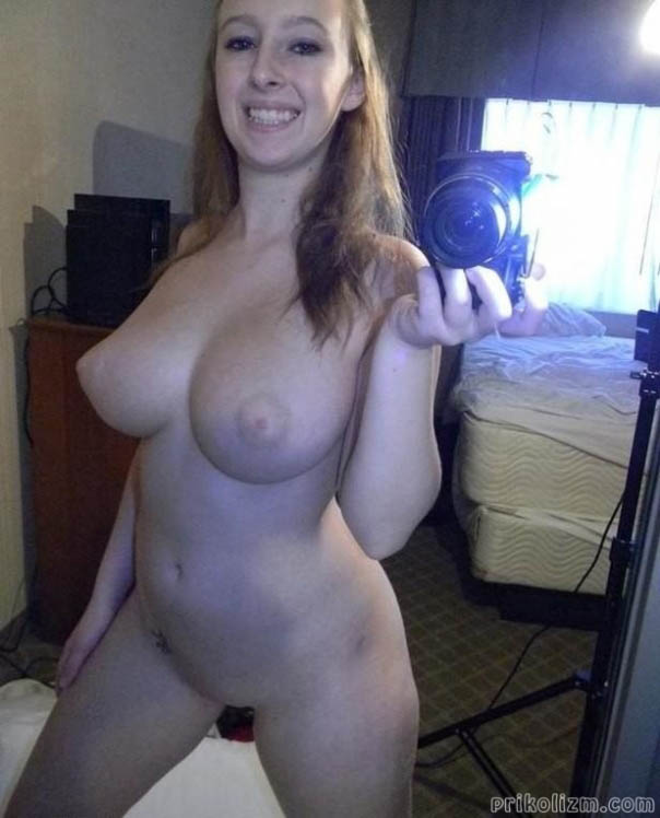 18-летняя телочка с красивой грудью делает голое селфи дома