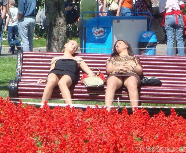 Две пьяные девки без трусов спят на скамейке в парке