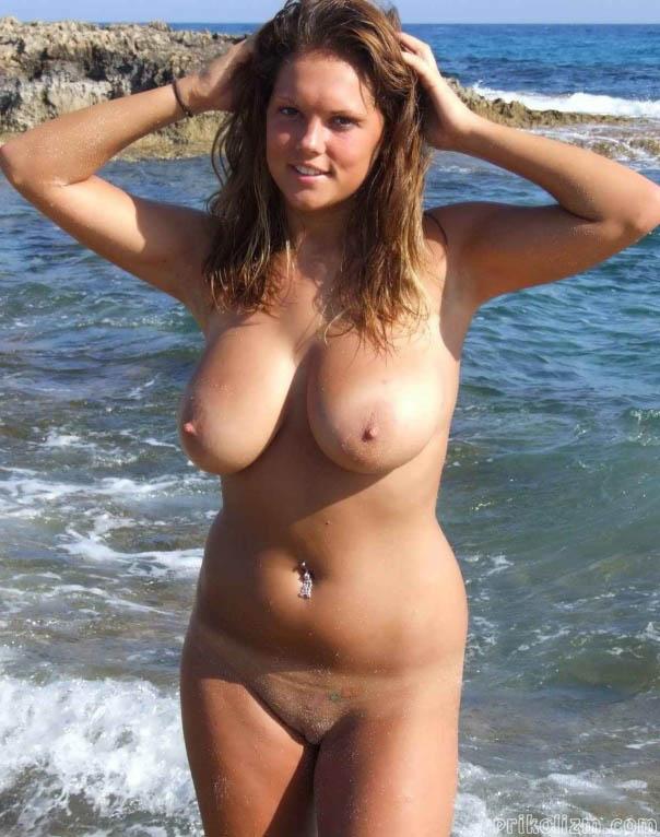 Голая телочка с бритой киской на пляже