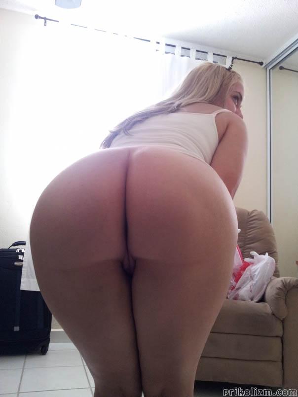 Блондинка стала раком, показав большую голую попу крупным планом