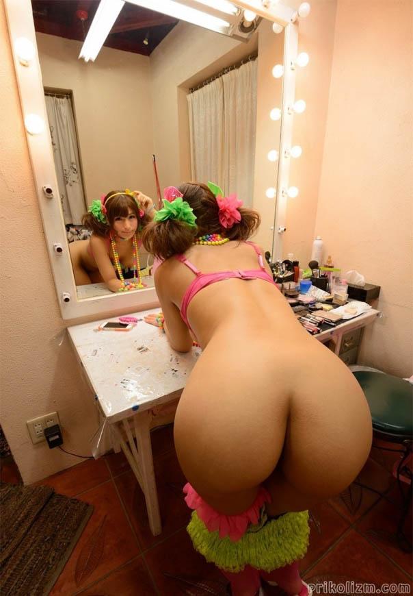 Азиаточка с большой голой жопой возле зеркала