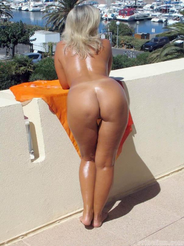 Загорелая красотка с целлюлитной жопой загорает голая на балконе отеля