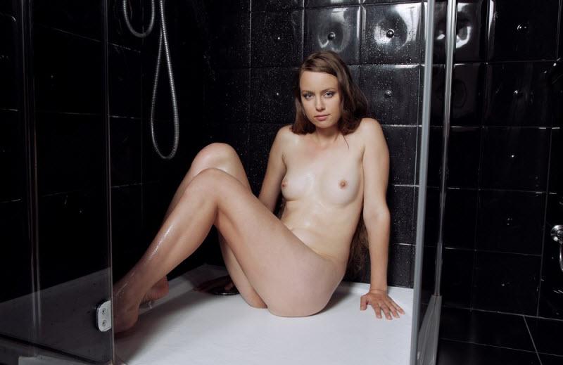 Молоденькая обнаженная девчонка сидит голой на ванне