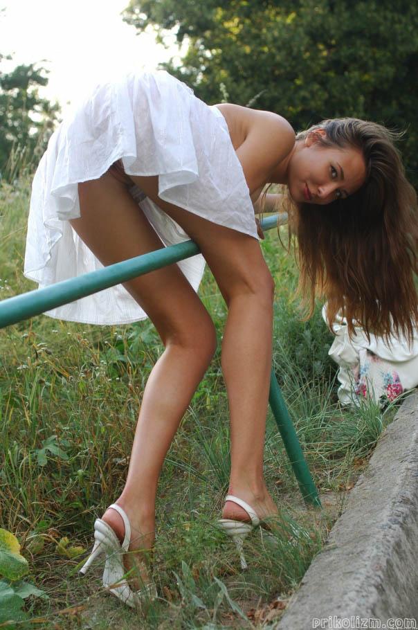 Девушка в короткой белой юбке стори раком