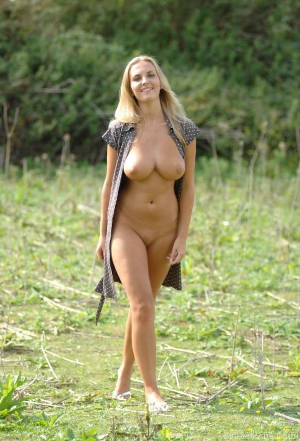 Девушка с красивой грудью гуляет голой по полю