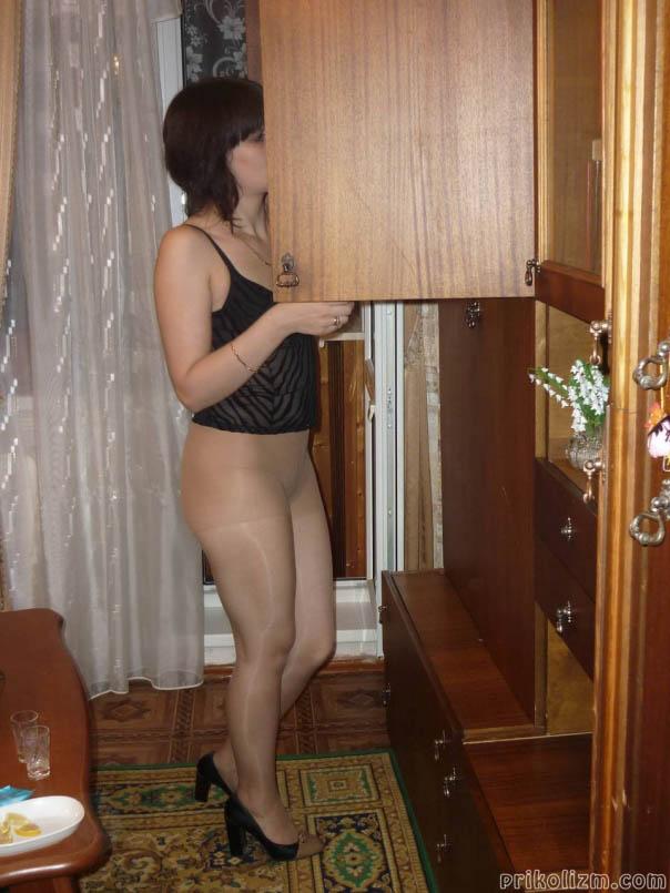Домашнее фото девушки в колготках и без трусов