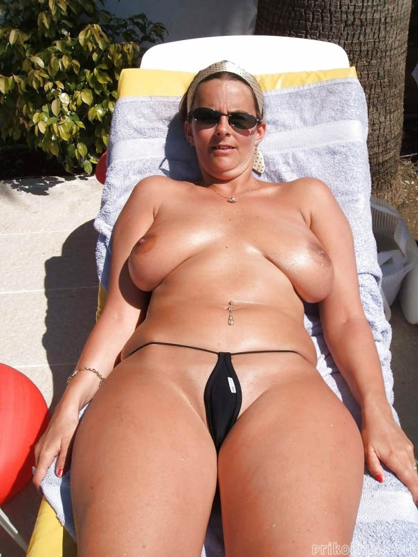 после фото голых зрелых женщин в мини бикини орет просит останавливаться