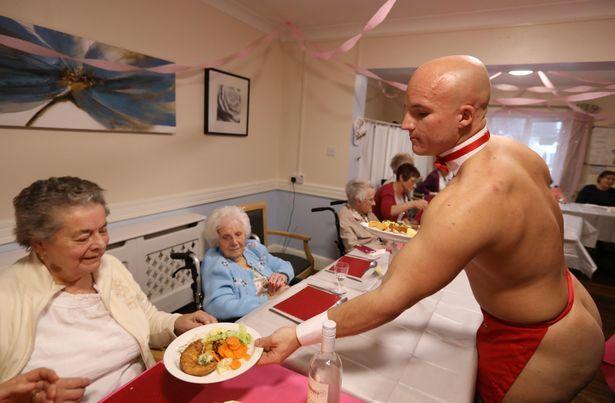 Бабушки из дома престарелых наняли для обслуживания своего ужина обнаженных стриптизеров (5 фото)
