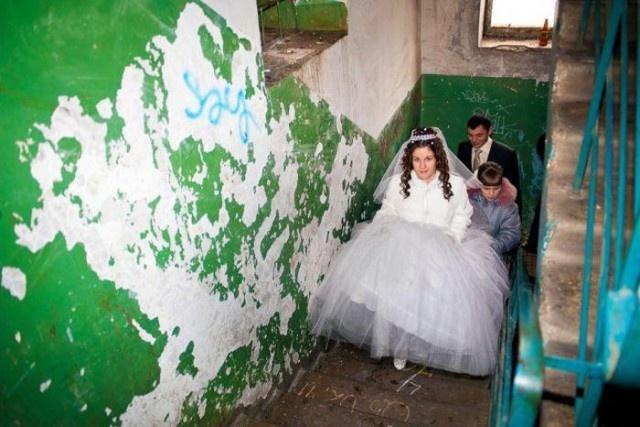 """Свадьбы с """"размахом"""" - украшения обшарпанных подъездов (14 фото)"""