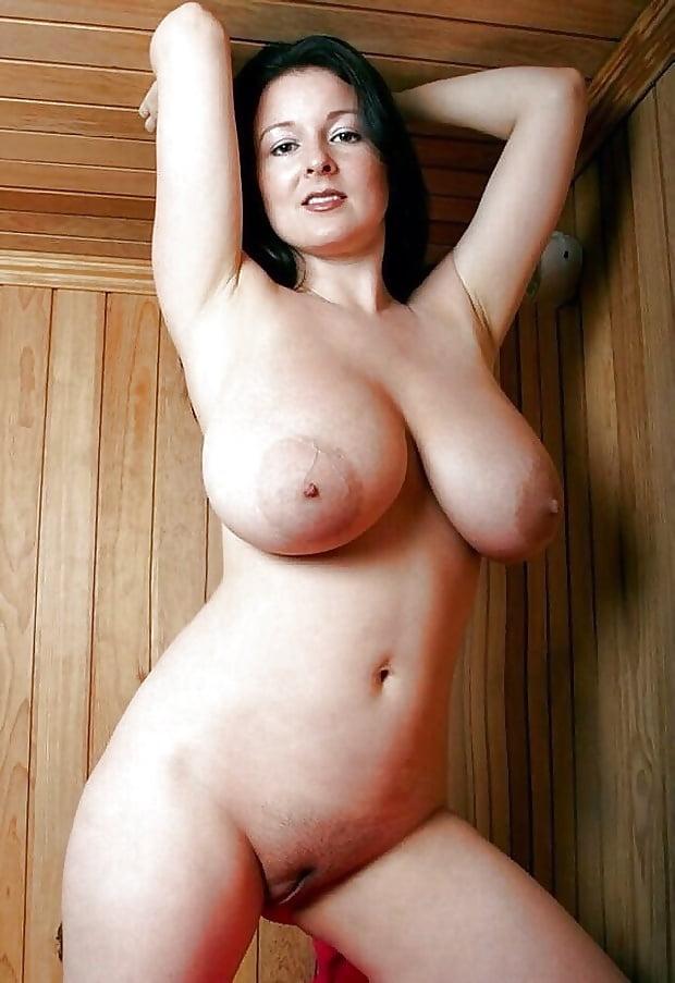 Красотка с большими натуральными сиськами в бане