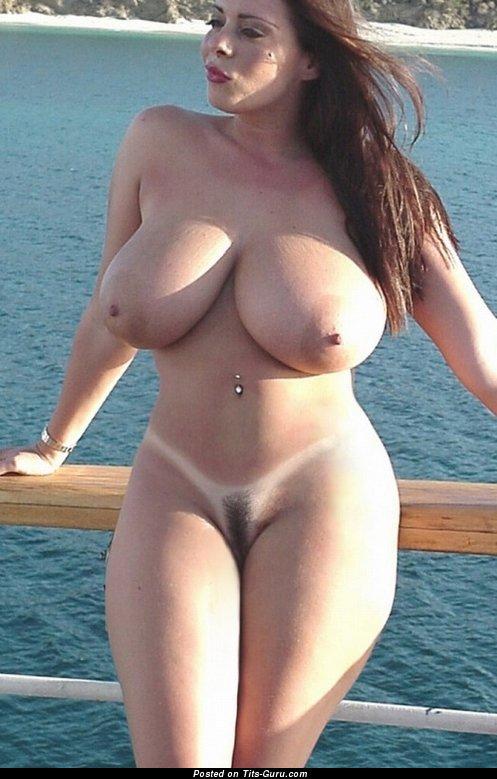 голые девки с большими аппетитными формами мадемуазель занимается