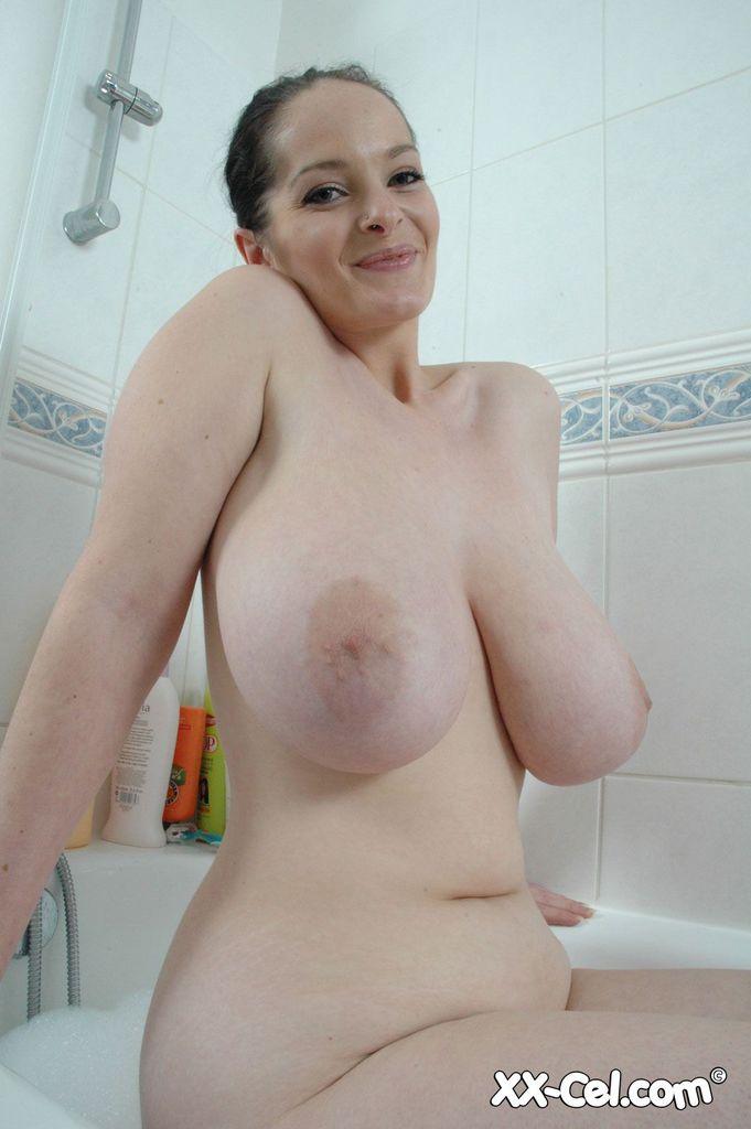 Голая телка в ванне