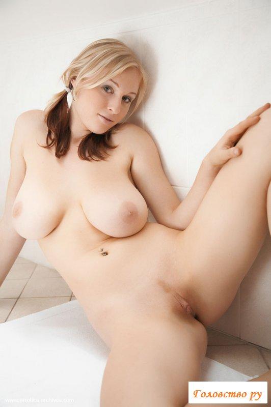 Молодая голая девушка с большой грудью