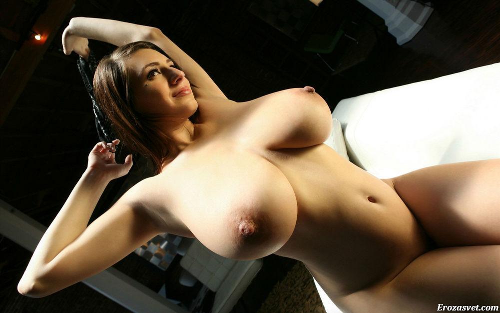 Огромные голые сиськи молодой красивой девушки