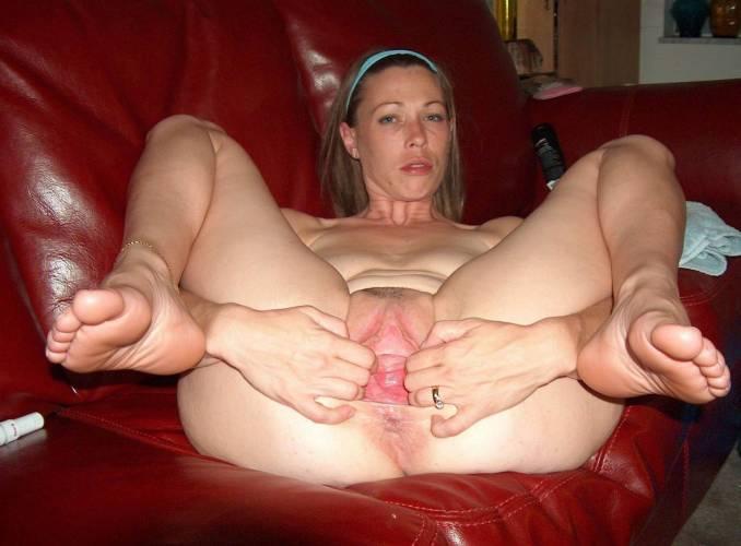 Жена раздвигает руками свое влагалище для частного фото