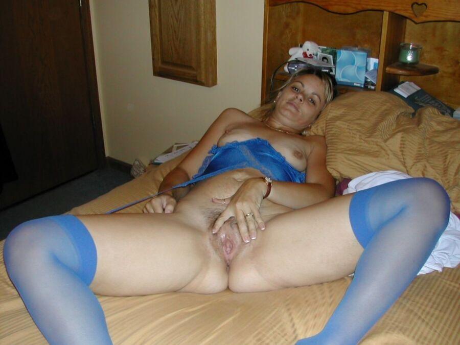 Русская красавица в синих чулках раздвигает пальцами свою писю