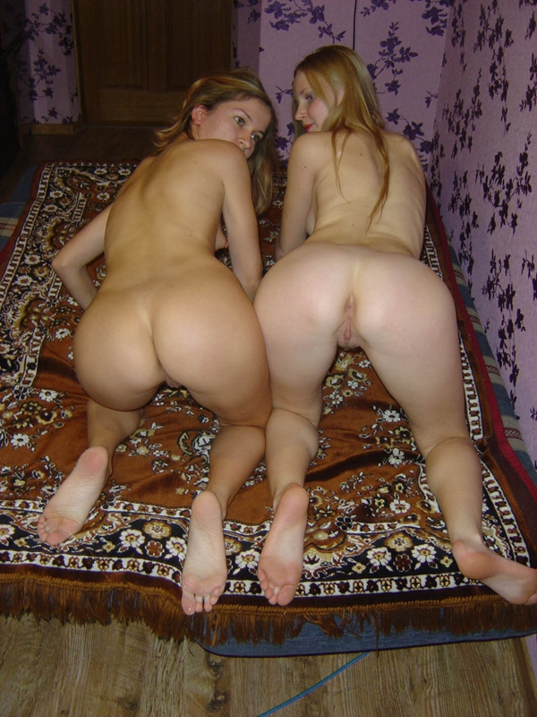 доця покажет свою голую попу в комнате фото - 14