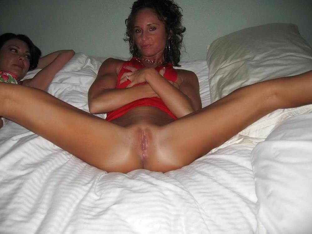 Подруга жены перед ее мужем раздвинула ноги